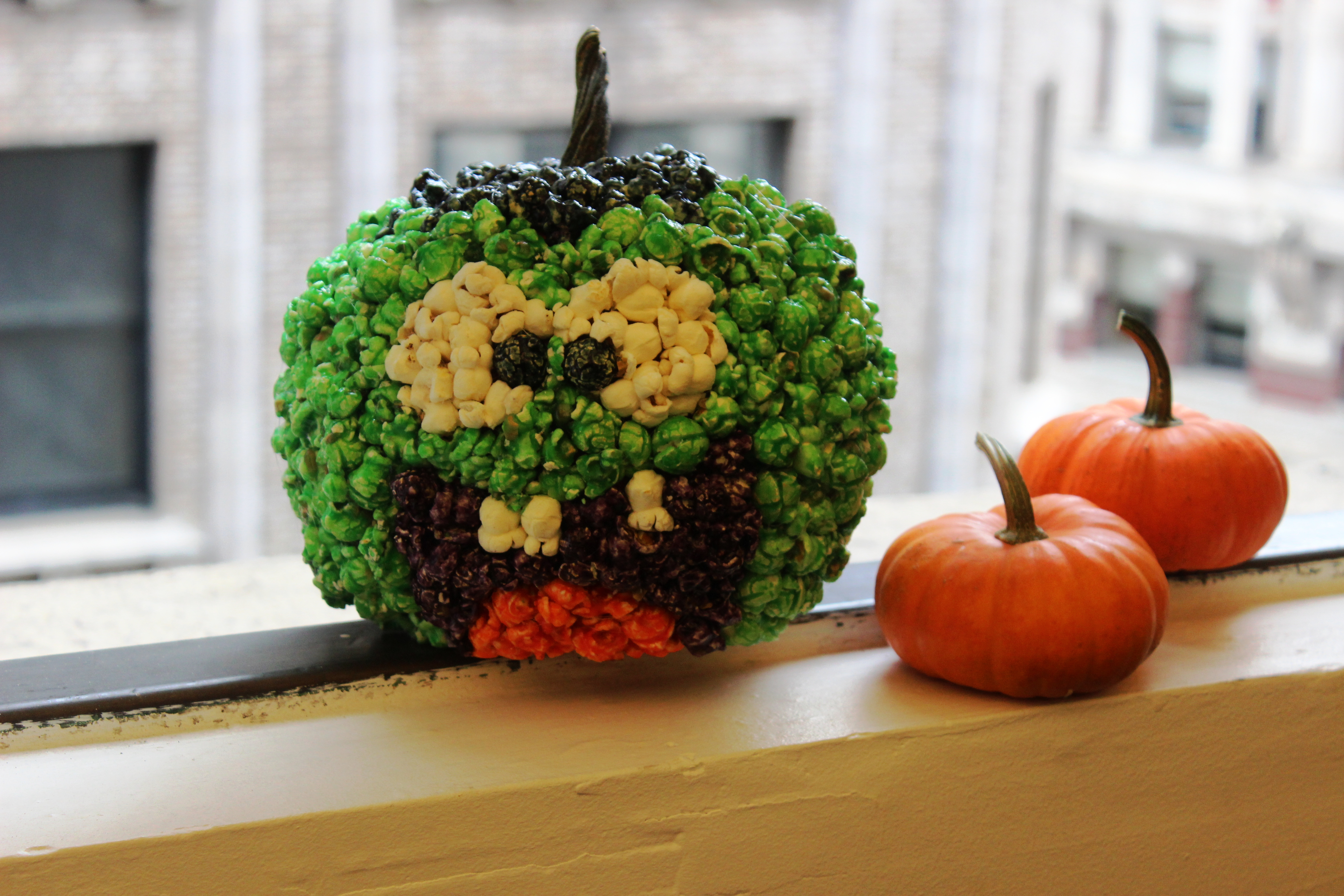 How to decorate a pumpkin with halloween popcorn the - Deco citrouille halloween ...